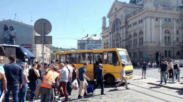 Во Львове маршрутка сбила девушку на пешеходном переходе [ Редактировать ]
