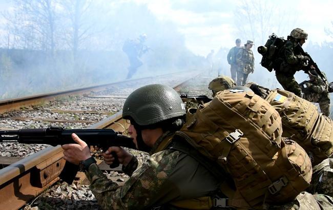 Близько половини українців готові захищати країну зі зброєю в руках
