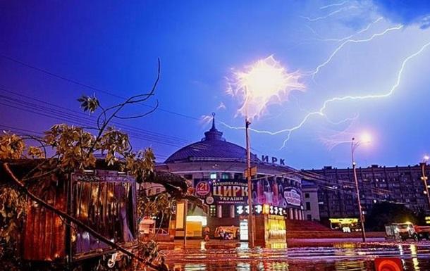 Красота и разрушение. Последствия бури в КиевеСюжет