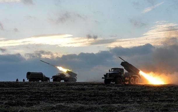 На Донбассе зафиксировали не отведенные Грады, САУ и танки