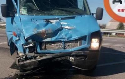 Под Киевом бус влетел в легковое авто: есть жертва
