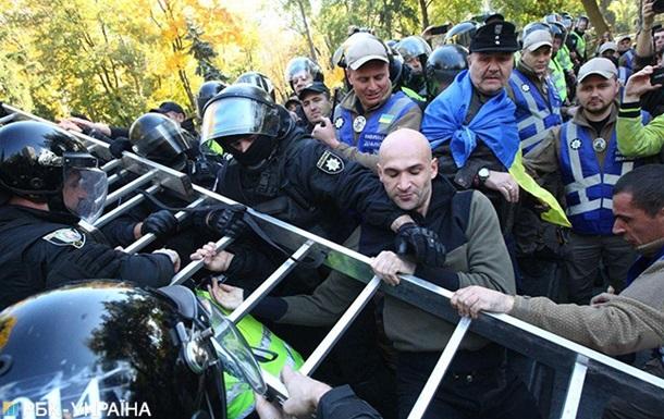 Радикалы в Киеве пытаются снести памятник Ватутину