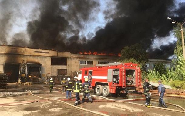 Склад картонного комбината в Житомире тушили почти сутки