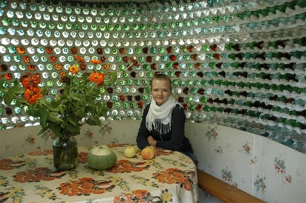 Стеклянная усадьба. В российской глубинке народный умелец построил дом из 12 тыс. бутылок