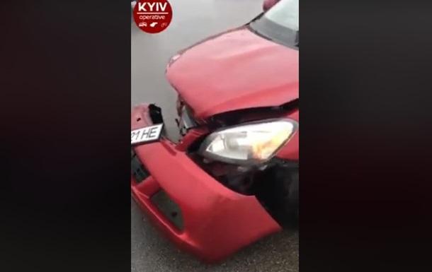 В аэропорту Борисполь такси с пассажирами врезалось в отбойник