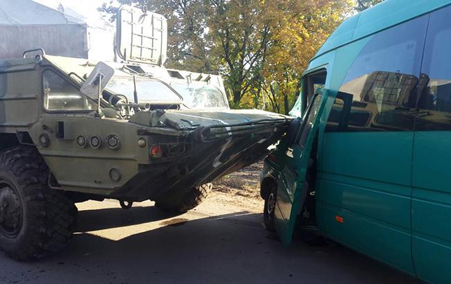 В Днепропетровской обл. военная техника столкнулась с маршруткой, трое раненых