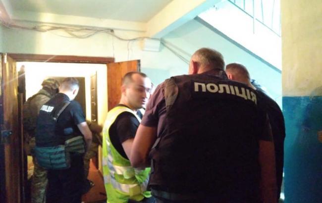 В Киеве мужчина захватил в заложники детей и угрожал стрельбой