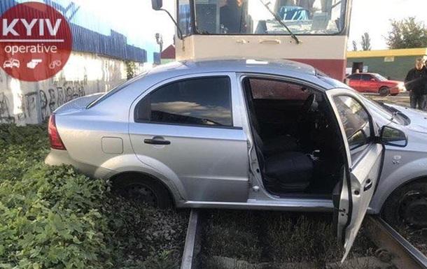 В Киеве трамвай протаранил автомобиль