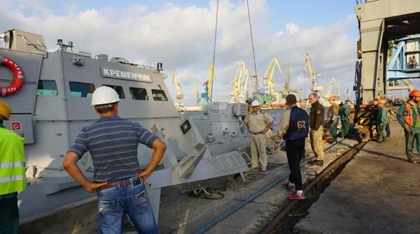 ВМС прошли под Крымским мостом. Киев строит базуСюжет