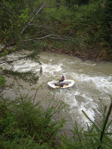 В Ивано-Франковской области грузовик с туристами упал в реку: есть погибшие (фото)